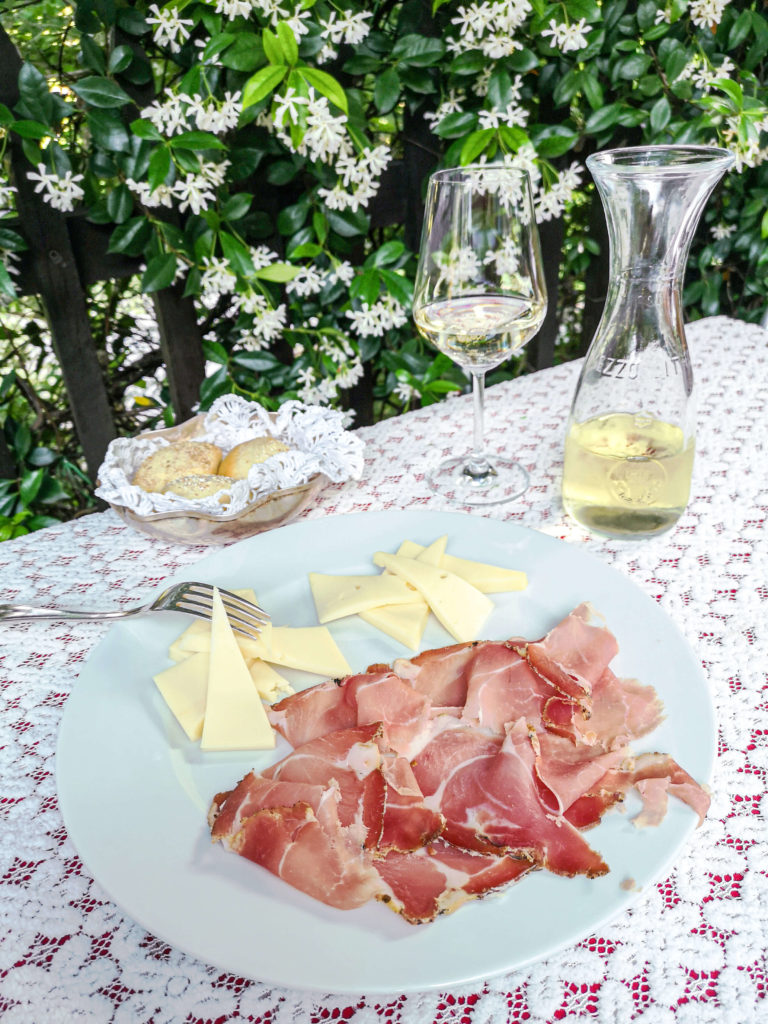 Südtiroler Speck, Käse, Weißwein