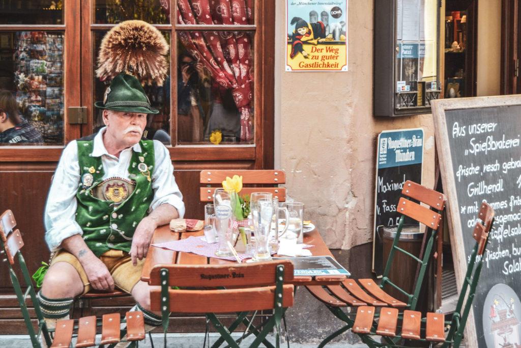 Mann in bayerischer Tracht