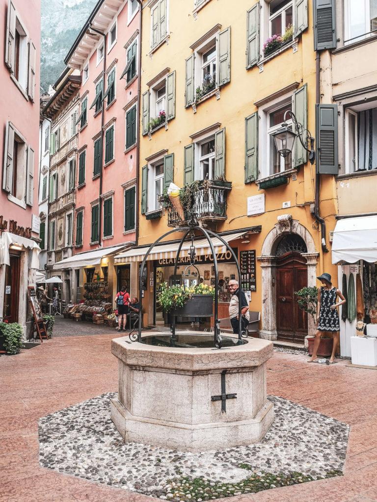 Gasse Riva del Garda Brunnen