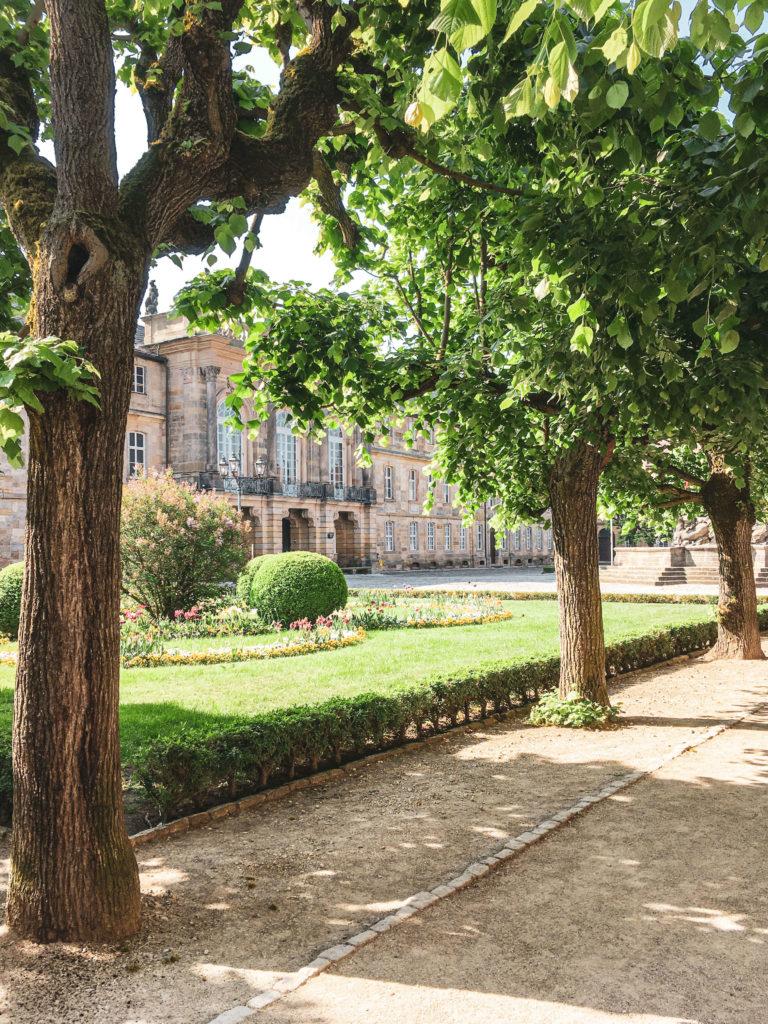 Neues Schloss Bayreuth hinter Bäumen