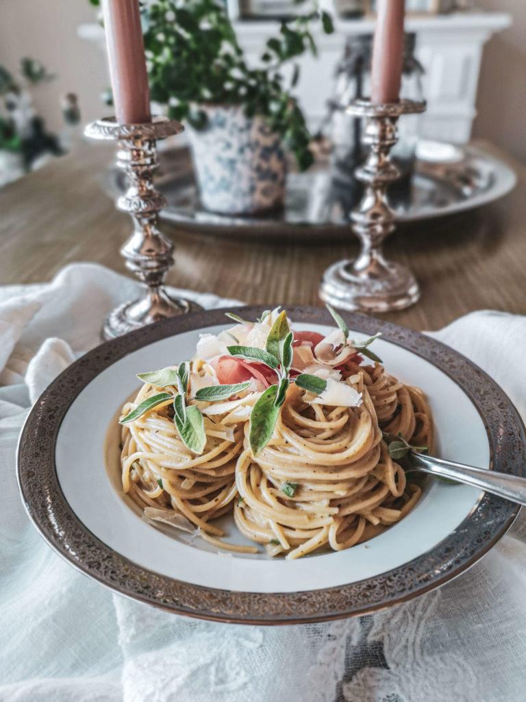 Salbeispaghetti auf Tisch
