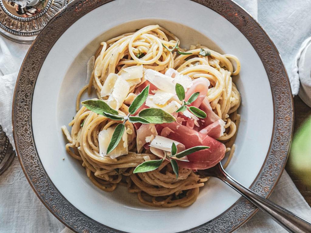 Salbeispaghetti mit Parmaschinken