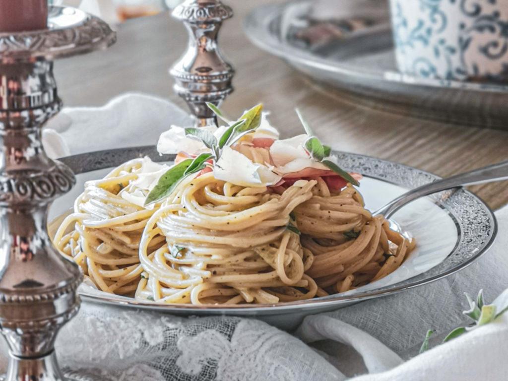 Salbeispaghetti mit Parmaschinken mit Kerzen