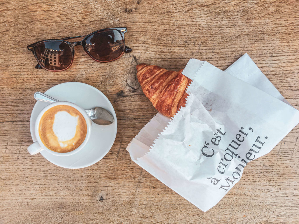 Croissant und Kaffee zum Frühstück