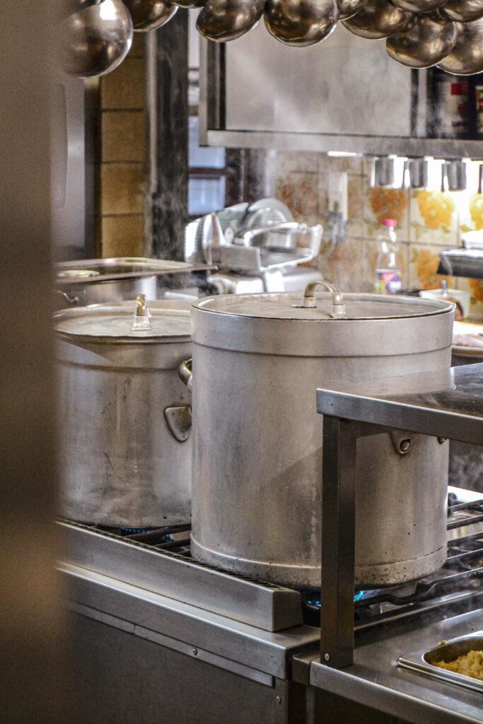 Große Kochtoepfe Restaurantkueche